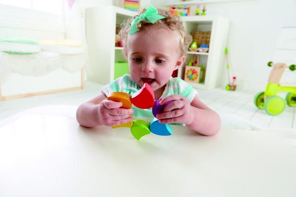 regenboog rammelaar - kleuren - baby - speelgoed - houten speelgoed - dn houten tol - de mouthoeve - boekel - hape- hout