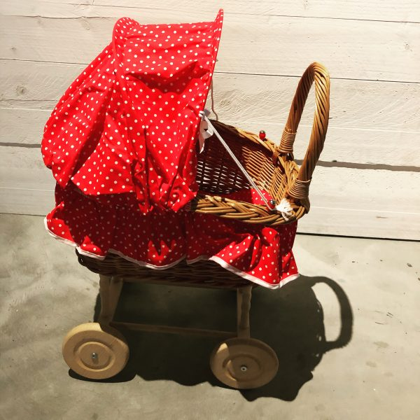 poppenwagen - rieten poppenwagen - hout - stof - speelgoed - houten speelgoed - dn houten tol - de mouthoeve - boekel - winkel