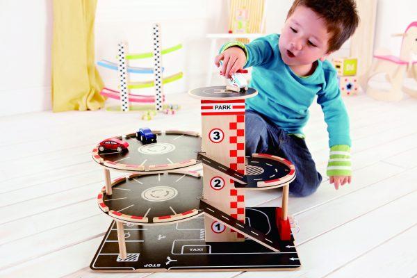 E3002 - garage - auto garage - landingsplaats - hout - speelgoed - houten speelgoed - dn houten tol - de mouthoeve - boekel - winkel - hape - peuter - kleuter