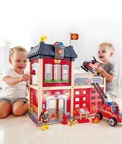 brandweerkazerne - fire station - hout - auto - helikopter - speelgoed - houten speelgoed - dn houten tol - de mouthoeve - boekel - winkel - hape - peuter - kleuter - E3023 - hape