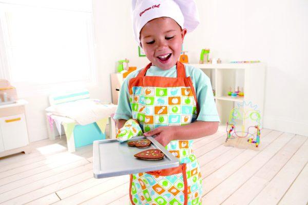 schort set - chef's apron set - hape - E3119 - speelgoed - houten speelgoed - peuter - kleuter - vanaf 3 jaar - dn houten tol - de mouthoeve - boekel - winkel - koken