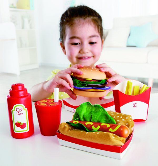 fast food set - friet - hamburger - hout - cola - speelgoed - houten speelgoed - hape - E3160 - broodje worst - peuter - kleuter - dn houten tol - de mouhoeve - boekel - winkel - child - kinder speelgoed - vanaf 3 jaar - keukentje