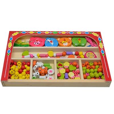 Kralen in kist rood; horloge - Kralen - houten kralen - letter kralen - smarties - speelgoed - houten speelgoed - ketting - rijgen - cadeau - dn houten tol - speelgoed winkel - de mouthoeve - boekel - wooden beads - horloge - dieren horloge